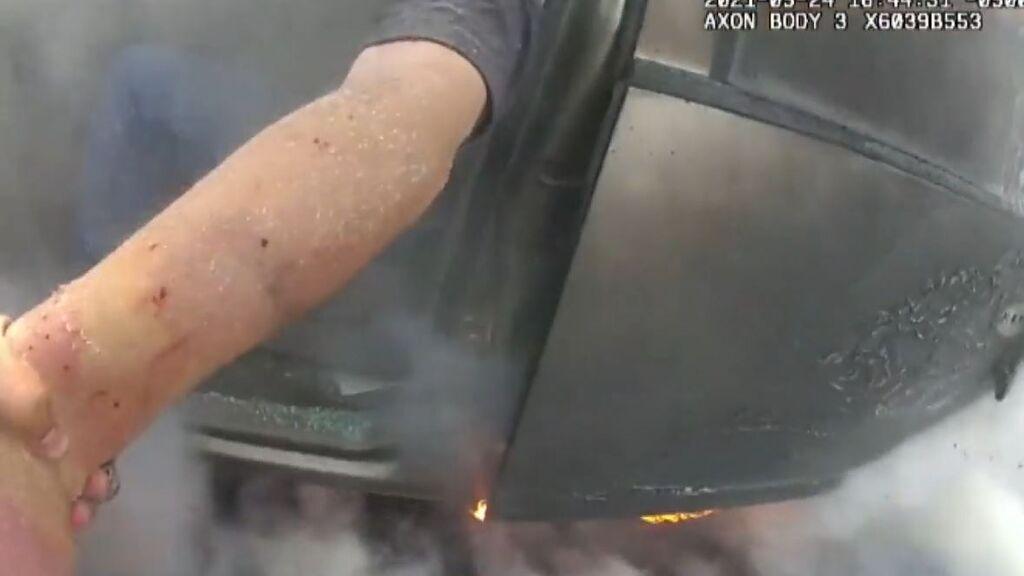 Salvan 'in extremis' a un conductor atrapado en una furgoneta en llamas