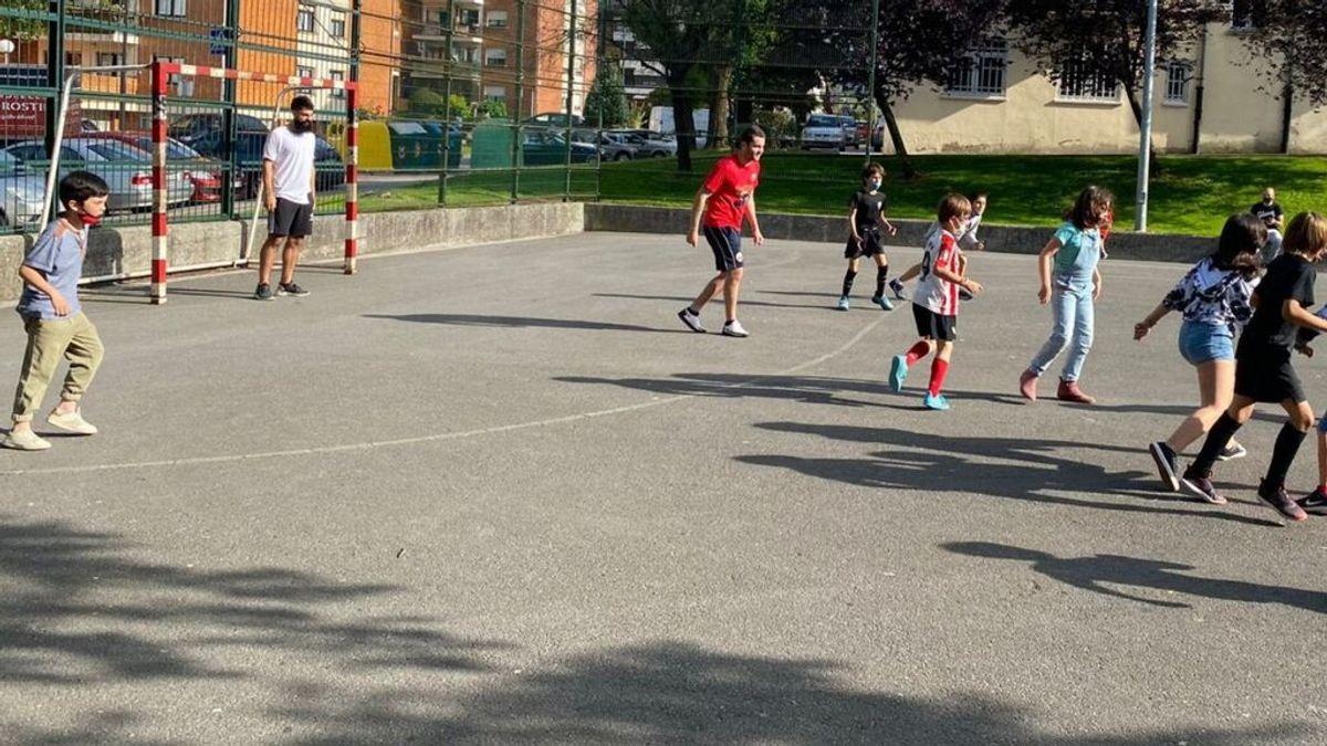 De San Mames al barrio: el jugador del Athletic de Bilbao, Asier Villalibre, hace felices a los niños de Guernika