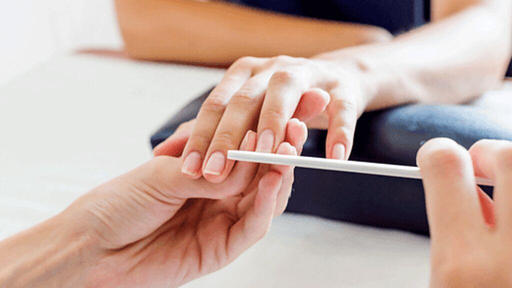 Limar las uñas será fundamental antes de comenzar con la manicura.
