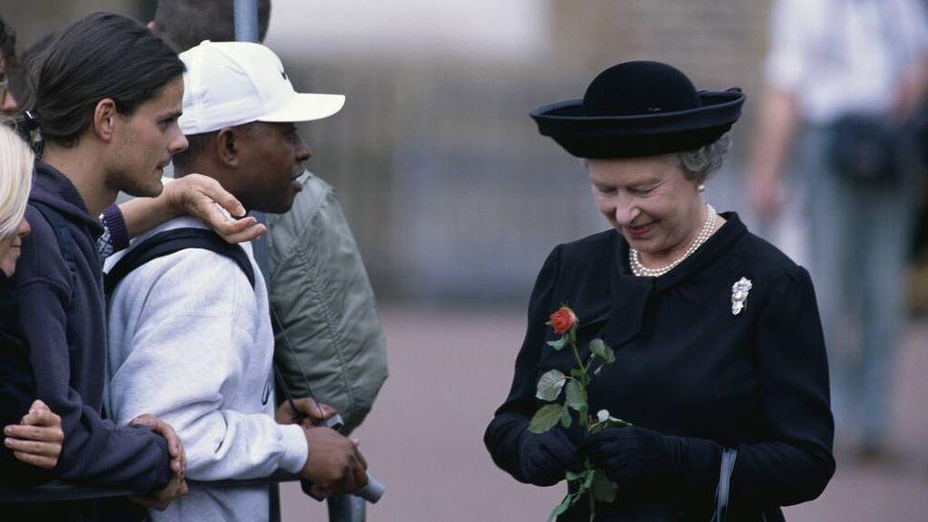 Isabel II hizo una reverencia cuando pasó el féretro de Lady Di.