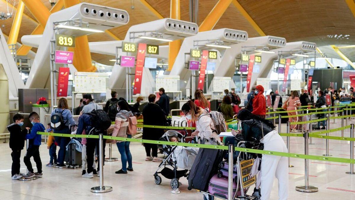 """Madrid afirma que """"llegan viajeros con PCR positiva en origen"""" por el aeropuerto"""