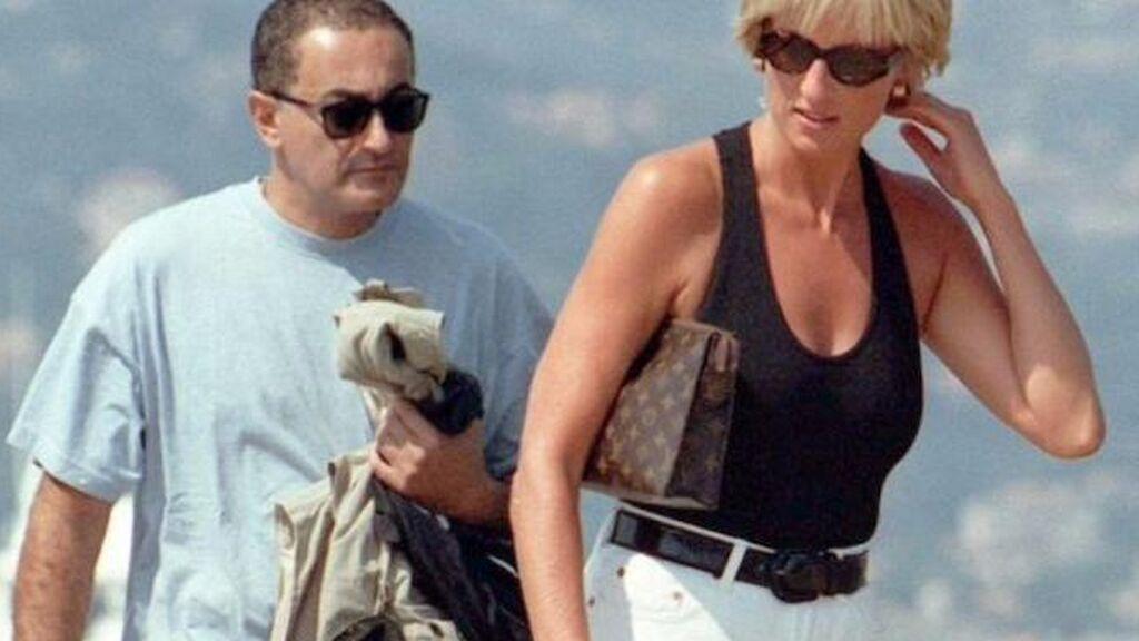 Diana comenzó a salir con Dodi al poco de separarse del príncipe Carlos.