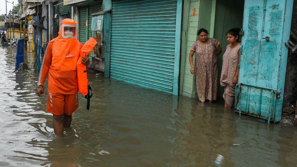 EuropaPress_3738025_26_may_2021_india_kolkata_disaster_management_worker_wades_through_the