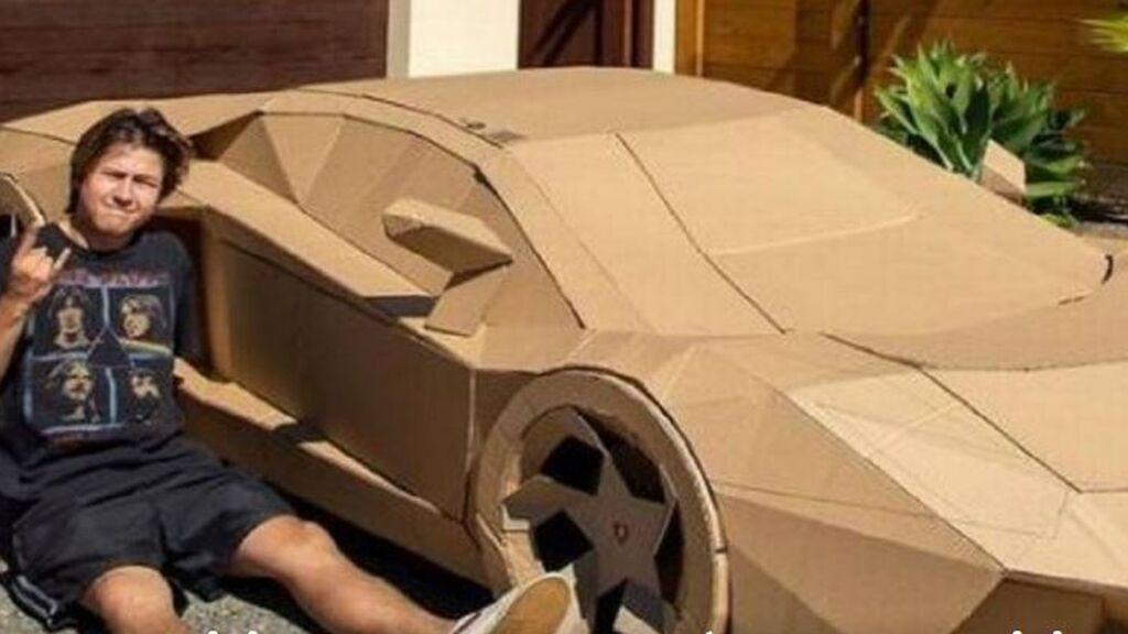 Un youtuber fabrica un Lamborghini de cartón y lo subasta por más de 10.000 euros