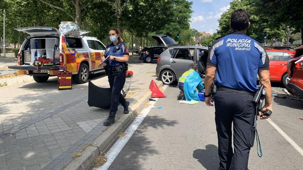 Cuatro jóvenes heridos al impactar con su coche contra varios vehículos aparcados en Madrid