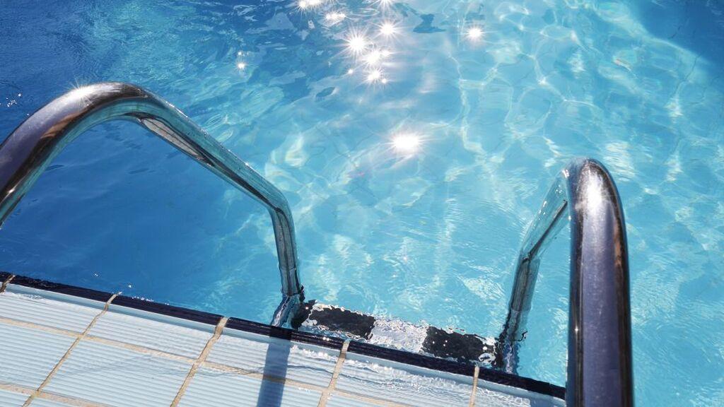 Tres menores detenidos y varios policías heridos en una pelea multitudinaria en una piscina de Madrid