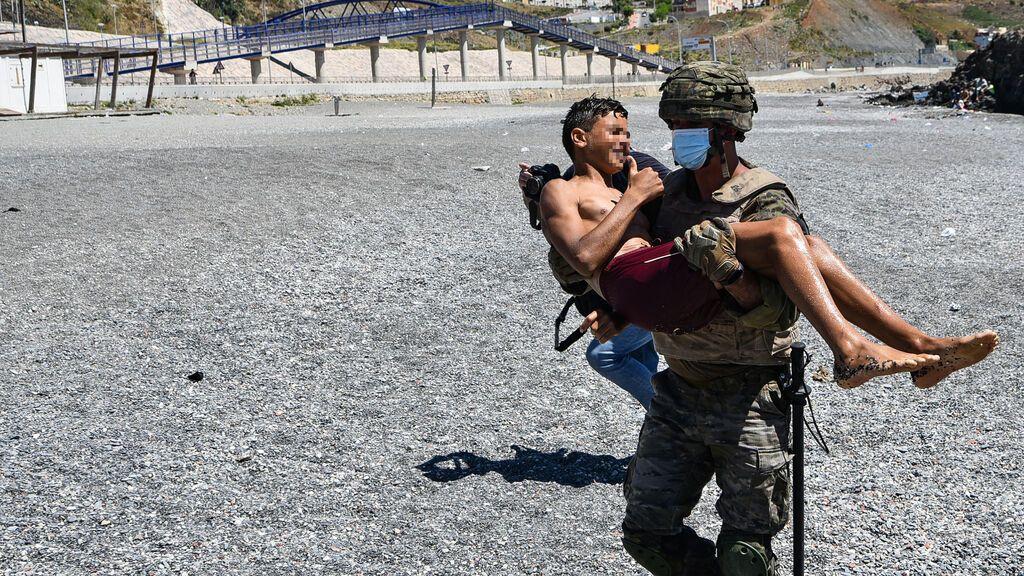 EuropaPress_3723315_militar_ejercito_espanol_ayuda_menor_migrante_procedente_marruecos_llegada