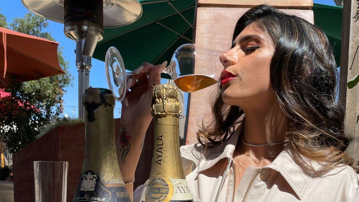 La ex-actriz porno Mia Khalifa brinda con un champagne de la época nazi para criticar al estado de Israel
