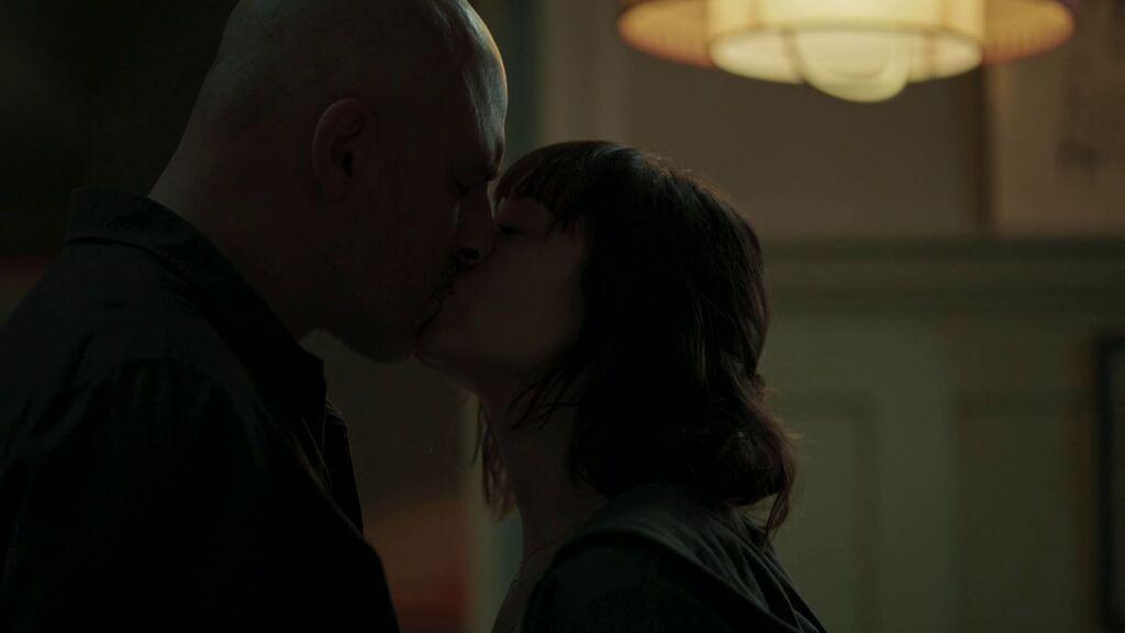 Irina besa a Caronte