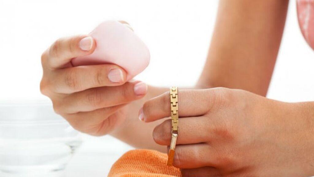El oro se podrá limpiar bien con jabón de lavaplatos.