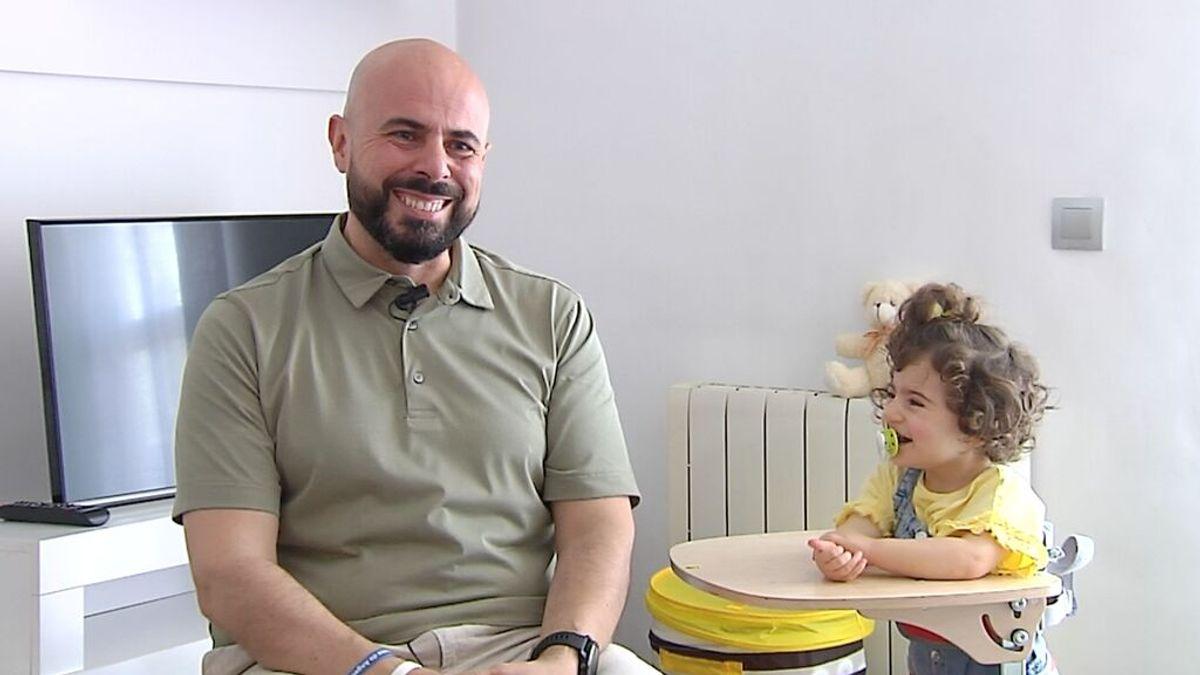 """La lucha de Domingo, padre de una niña con Síndrome de Algelman: """"Espero que con 10 años esté curada"""""""