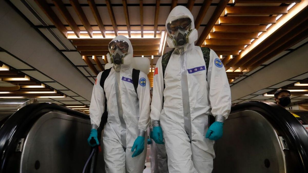 Militares desinfectan el transporte público en Taipei tras un aumento de casos de coronavirus en Taiwán.