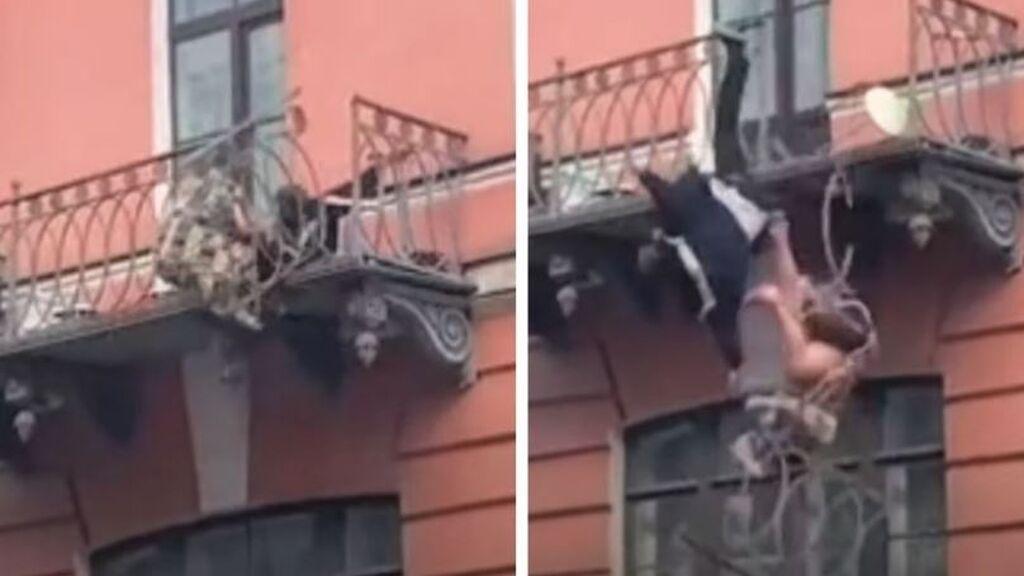 Una pareja, que discutía,  cae desde un balcón en San Petersburgo