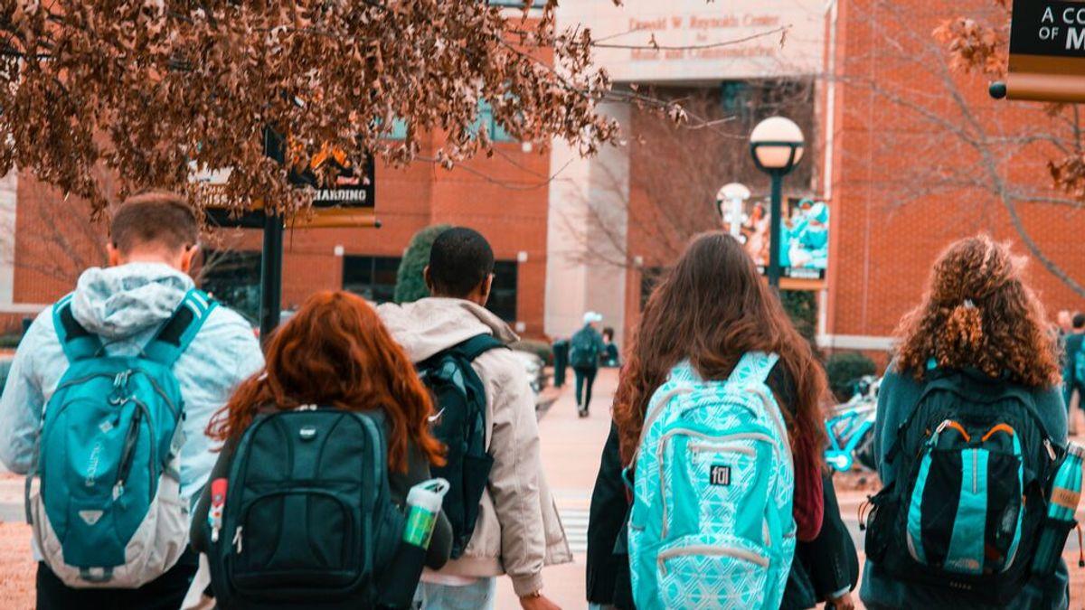 Cuatro de cada diez universitarios envían contenido sexual por móvil o redes, según un estudio