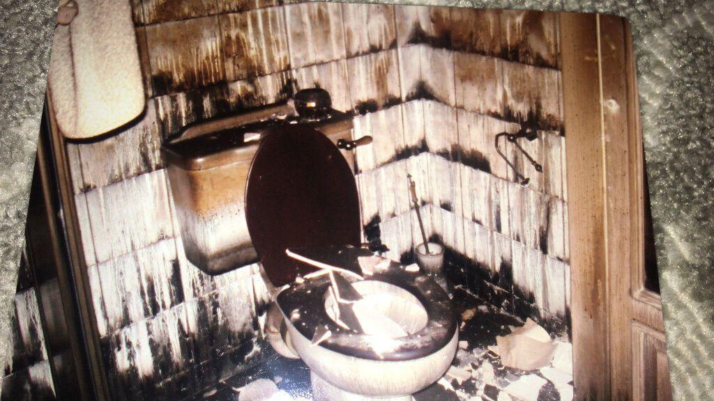 Fotografía de cómo quedó el baño de la casa a causa del fuego