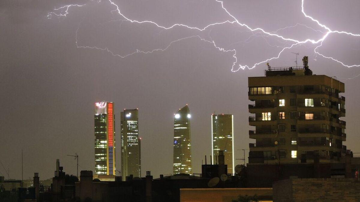Rayos y truenos sobre el cielo de Madrid, la tormenta eléctrica que ha inaugurado junio