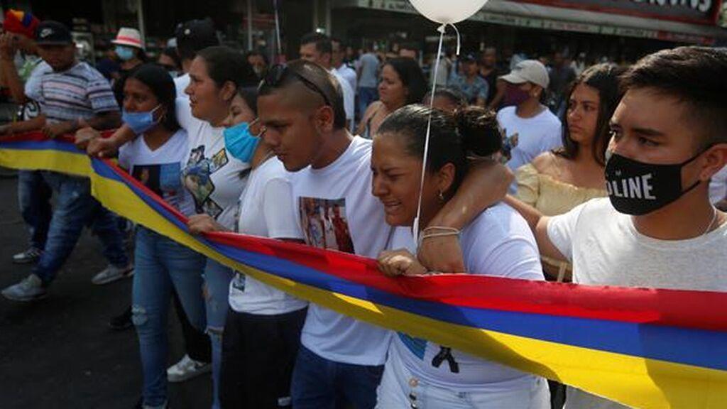 Colombia investiga a los policías que no actuaron contra varios civiles que dispararon en las protestas
