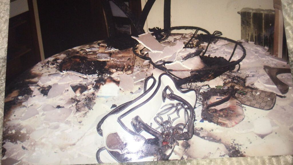 Los bolsos de Silvia, quemados sobre la mesa del comedor