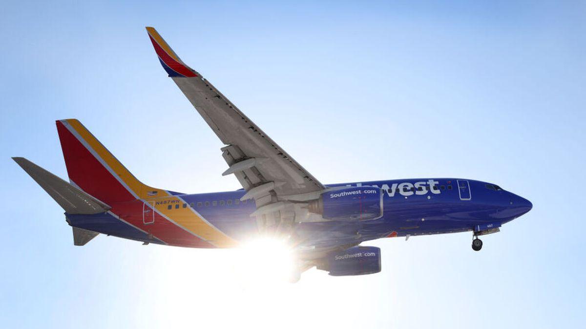 Un piloto es condenado por ver vídeos de contenido adulto y desnudarse frente a una compañera en pleno vuelo
