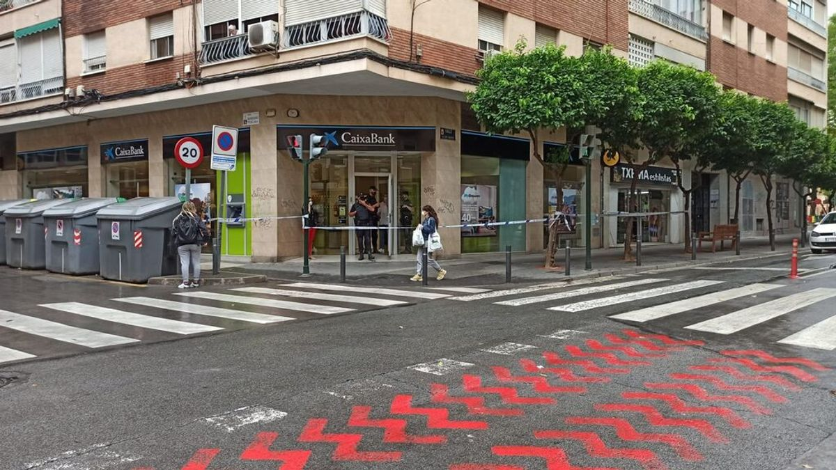 Tres policías heridos al evitar un atraco en un banco de Murcia