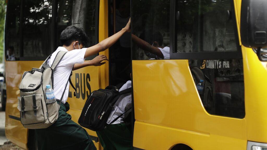Birmania reabre los colegios cuatro meses después del golpe de Estado con huelga de profesores y alumnos