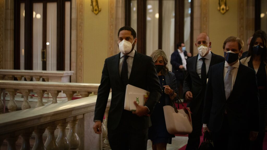 Ignacio Garriga llega tarde al hemiciclo del Parlament de Cataluña