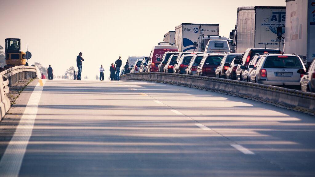 Un camión con cerdos vivos vuelca y bloquea la entrada a Madrid por la autovía de Barcelona