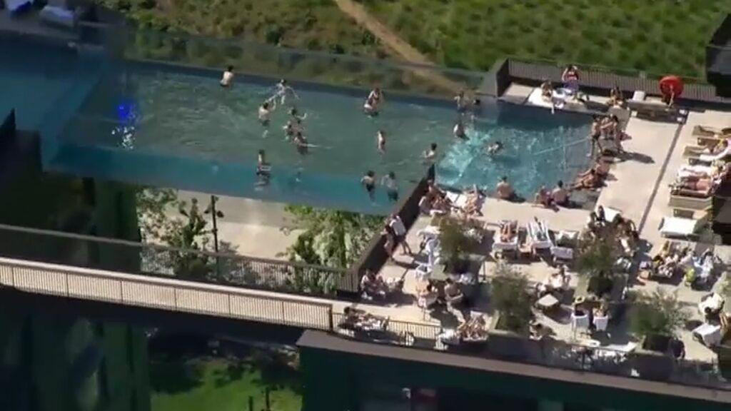 Piscina 'flotante' a 35 metros de altura: Londres inaugura Sky Pool entre dos edificios
