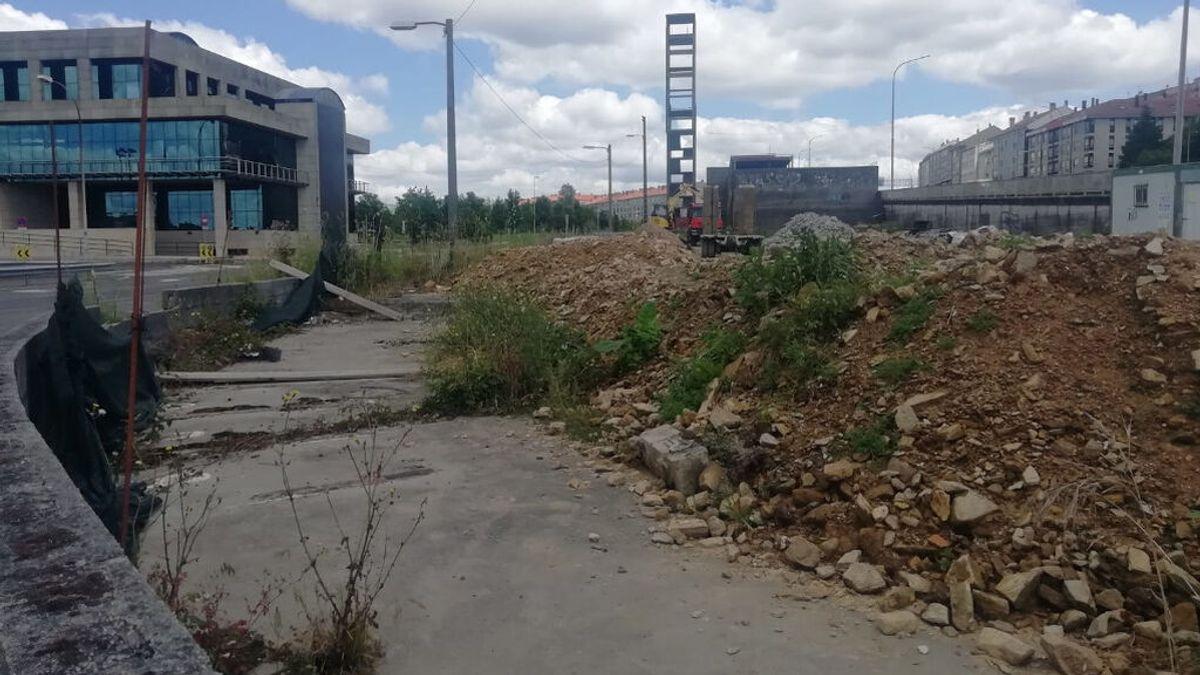 Encuentran cráneos con agujeros de bala y otros restos óseos en un montículo de tierra en Santiago