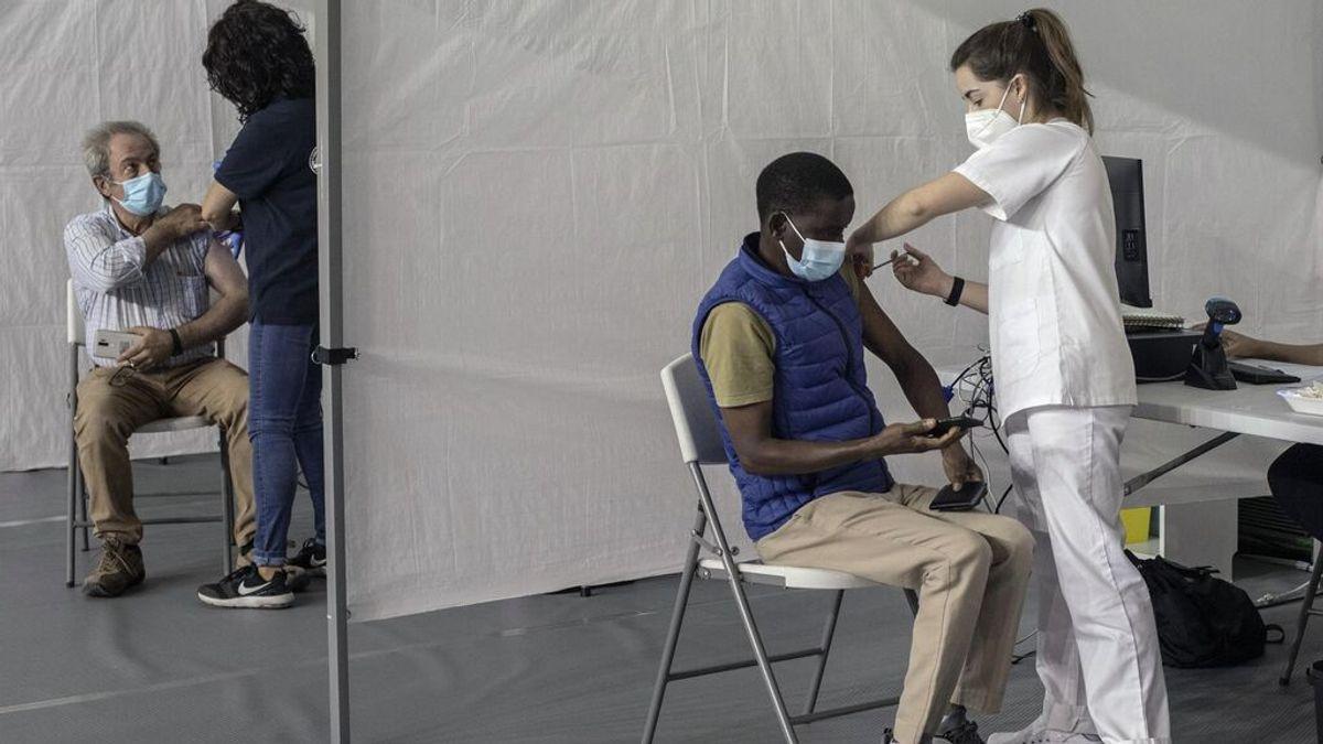 Dos personas reciben la vacuna contra el coronavirus, en el pabellón de deportes Paco Paz