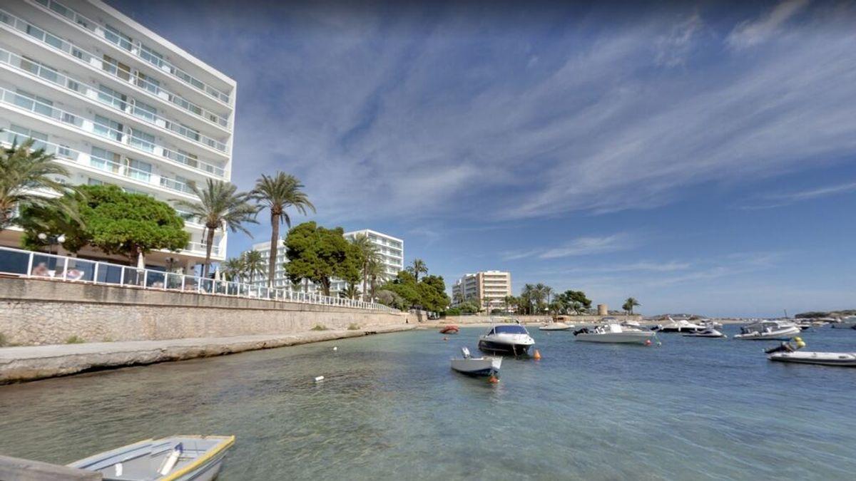 Muere una pareja de turistas de 22 y 26 años tras precipitarse desde el cuarto piso de un hotel en Ibiza