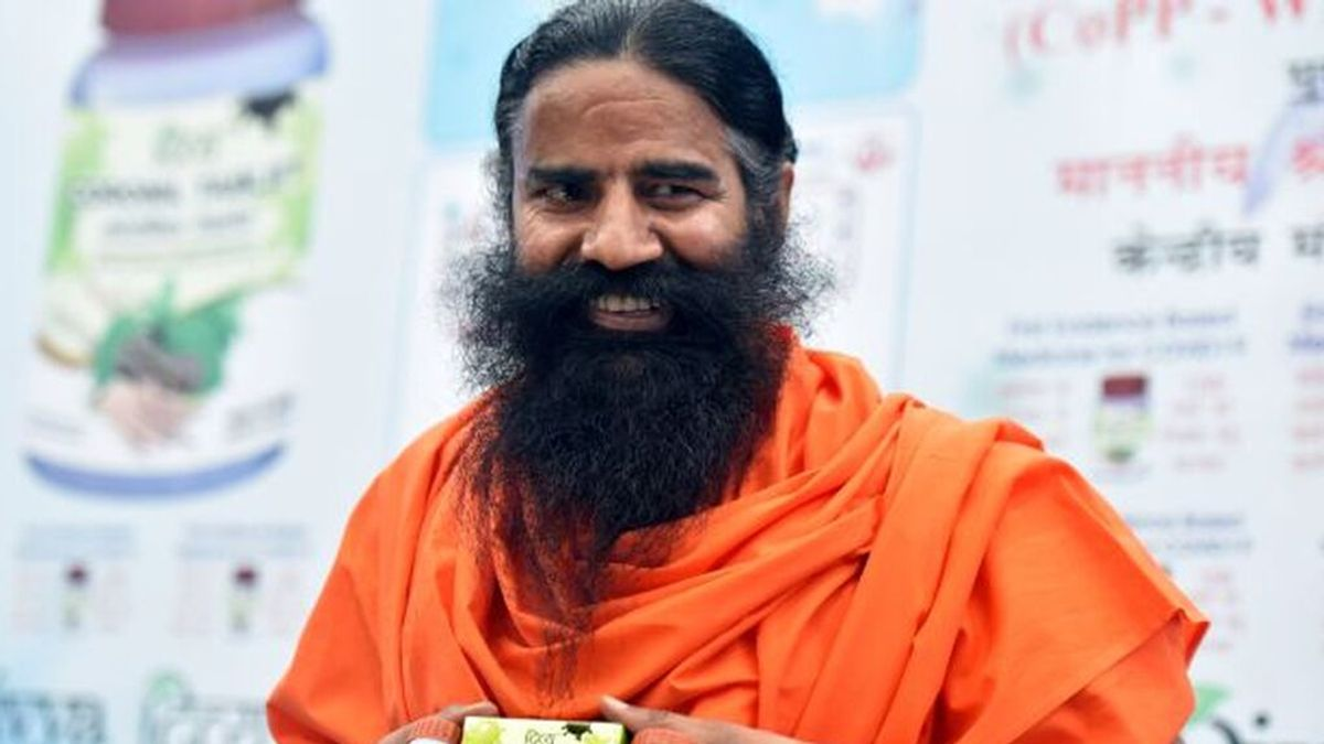 Piden la detención de un gurú muy popular en India que afirma el yoga puede prevenir la covid