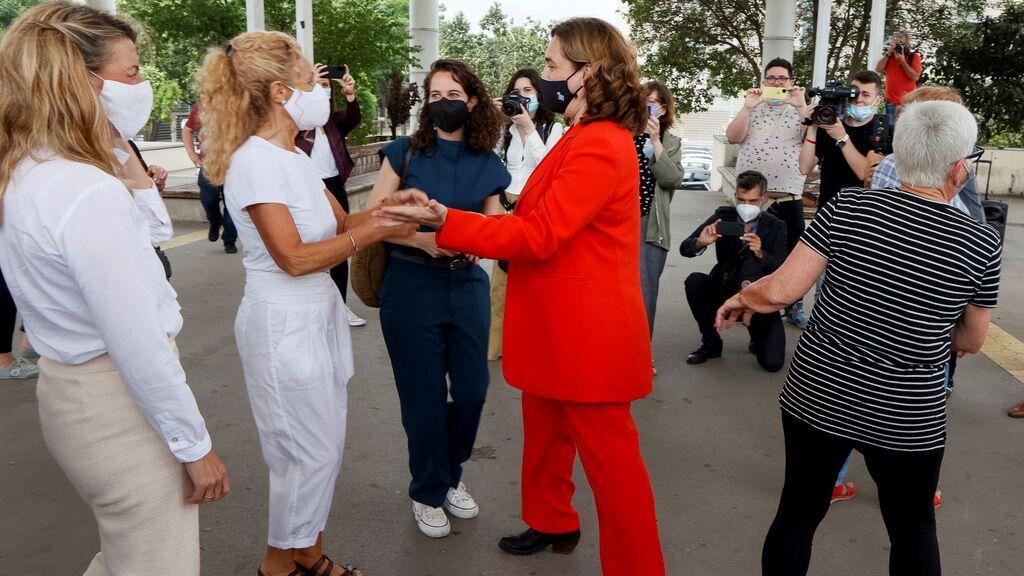 La alcaldesa de Barcelona, Ada Colau, se marca un baile con Yolanda Díaz de espectadora