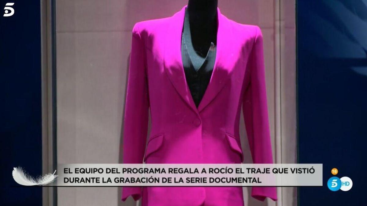 El traje fucsia de Rocío Carrasco se subastará para donar el dinero a una causa feminista