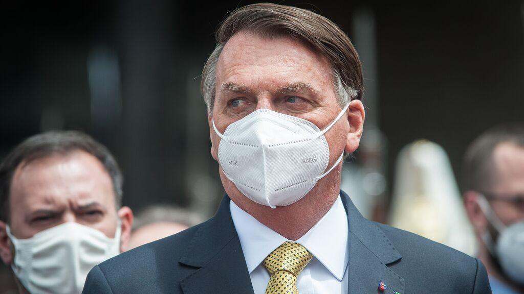 """Bolsonaro promete vacunas para """"todos los brasileños"""" este año"""