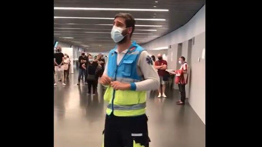 Jorge, el 'crack' del Wanda Metropolitano que alienta y quita los nervios a los que se van a vacunar contra el covid
