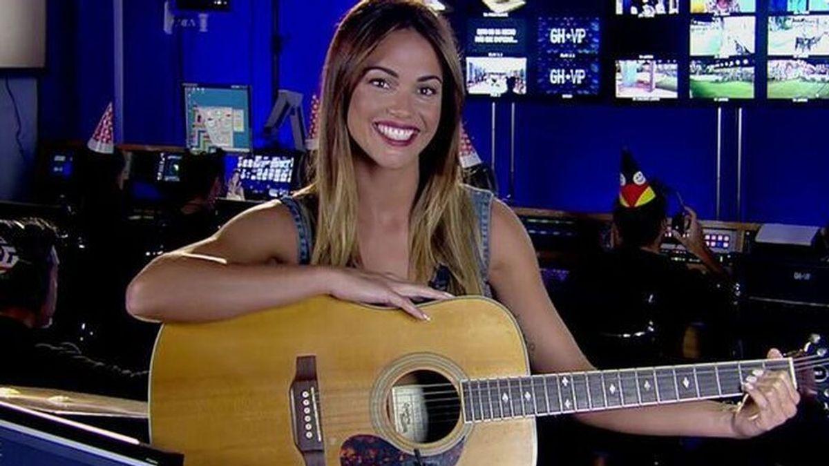 Lara Álvarez, con la guitarra en 'GH VIP'