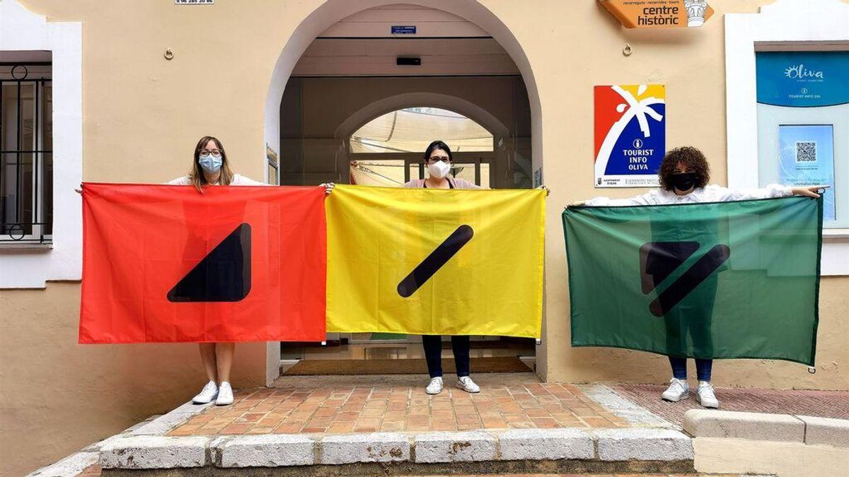 Banderas con códigos para que los daltónicos sepan si se pueden bañar este verano en las playas de Oliva