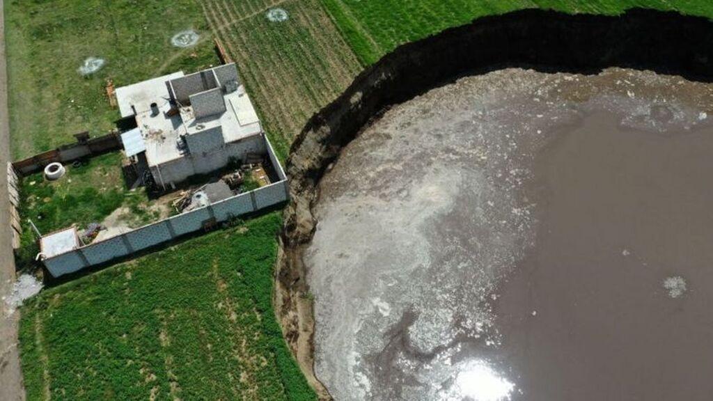 Se abre un enorme agujero de 60 metros en el suelo de México