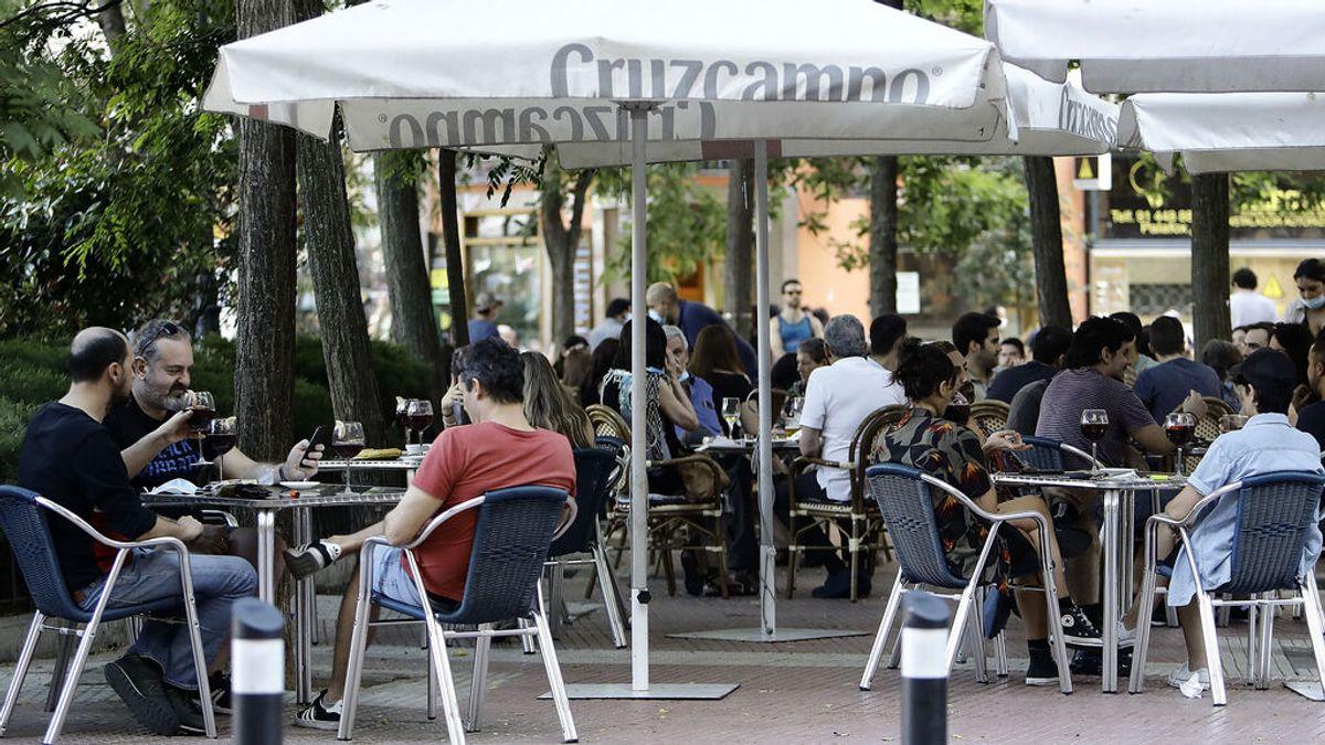 Las terrazas de Madrid en el punto de mira: quitan aparcamiento y generan ruido, vandalismo y suciedad