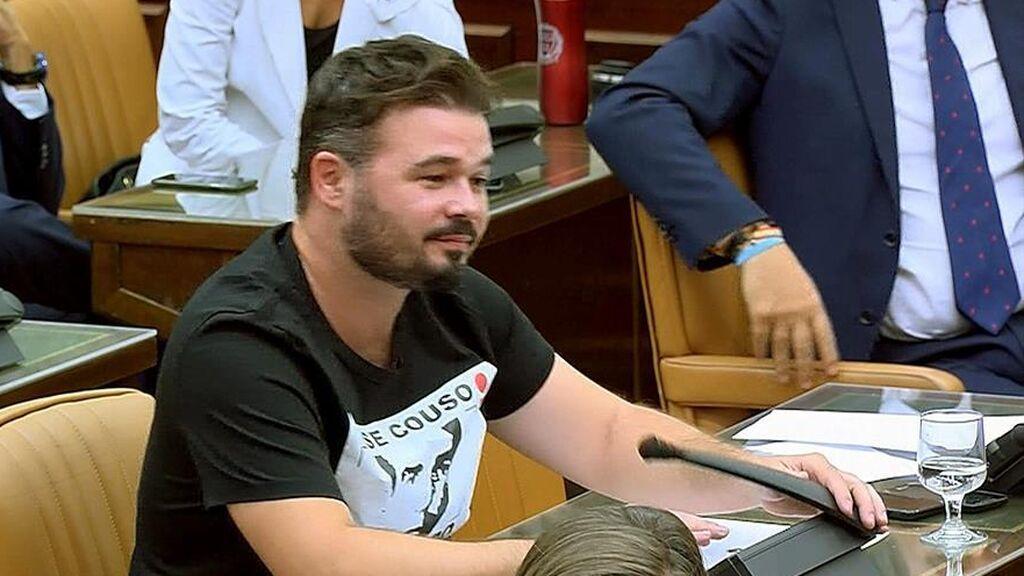 Gabriel Rufián con una camiseta de José Couso