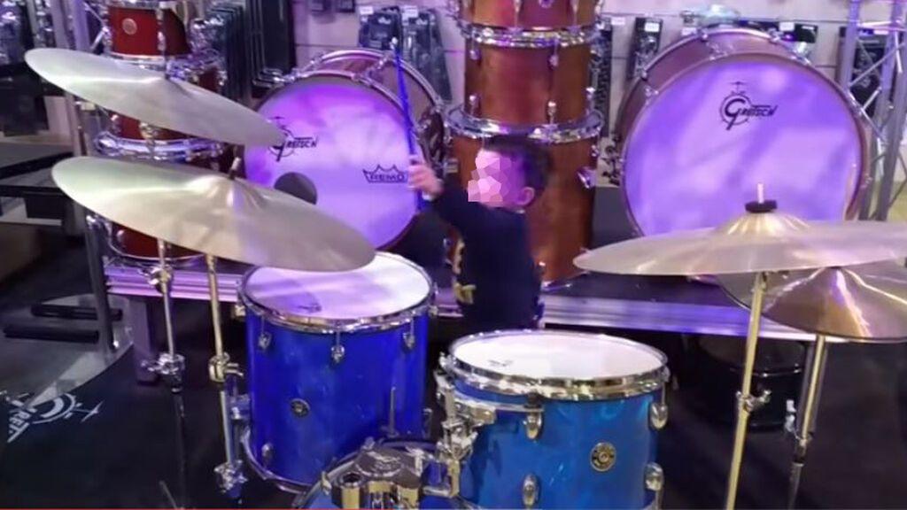 Hugo Molina lanzándose a tocar la batería