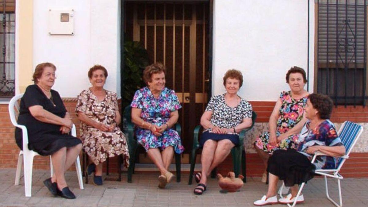 Señoras de tertulia a la puerta de casa