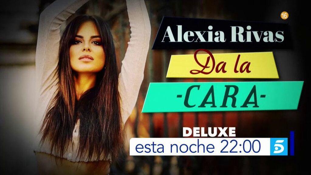 Alexia Rivas se sienta en 'Viernes deluxe'