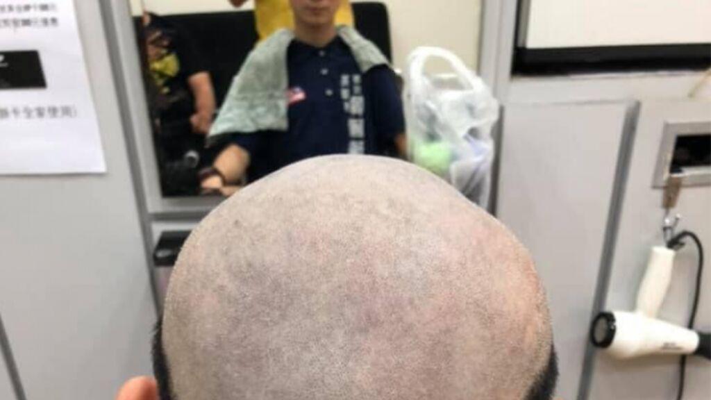 Su madre le cortó el pelo de la forma más ridícula para que no quisiera salir de casa y protegerlo del coronavirus