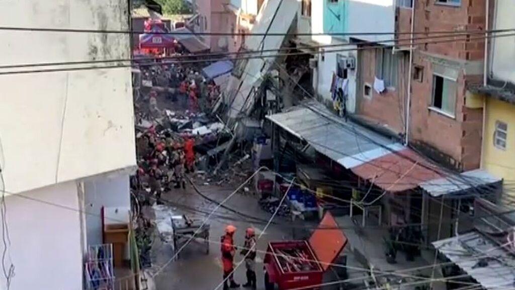 Un edificio de cuatro pisos se derrumba en una favela de Río de Janeiro