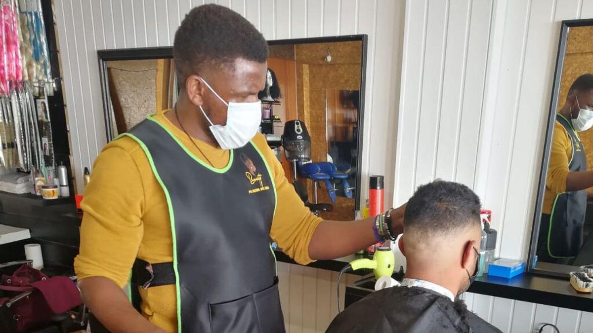 El nigeriano que llegó en patera y ha conseguido montar su propia peluquería africana
