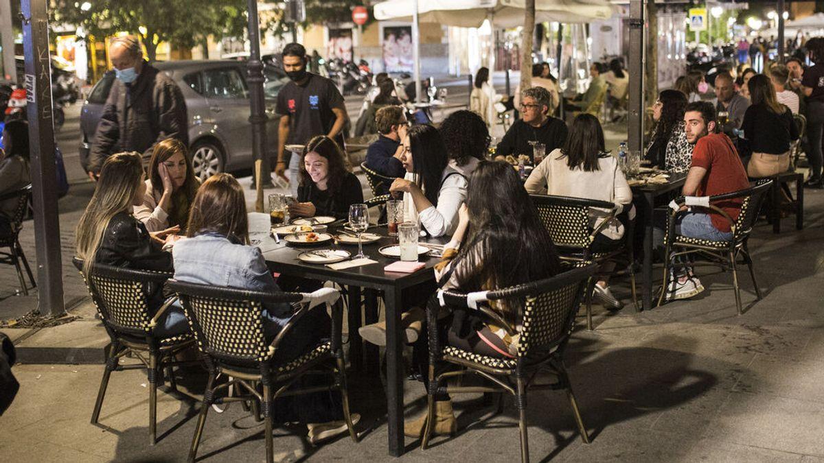 EuropaPress_3710847_varios_jovenes_sentados_terraza_latina_zona_tipica_tapas_copas_capital_14