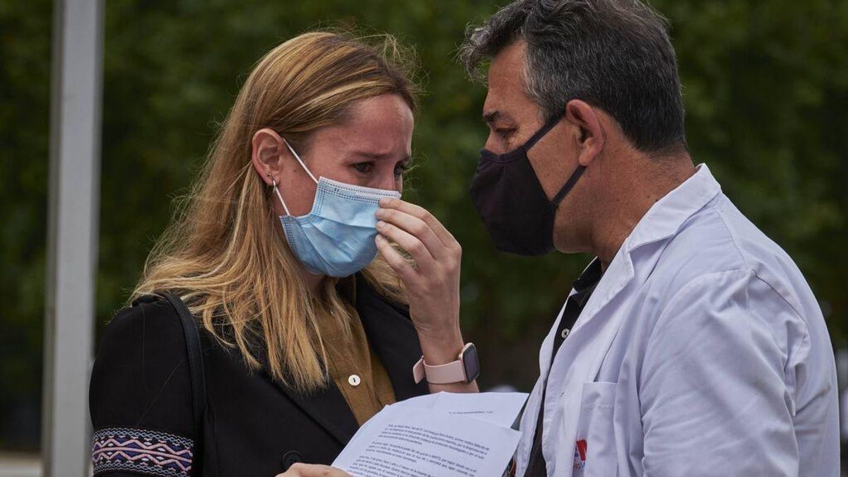 """Las lágrimas de la hija del primer médico fallecido por covid: """"Voy a ser tu voz y la de todos los que se han ido"""""""