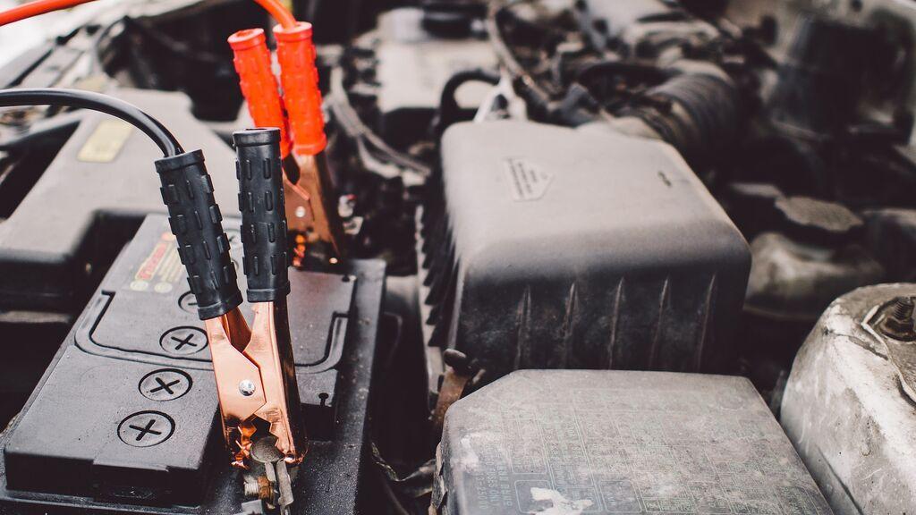 Cómo conectar y mantener la batería del coche